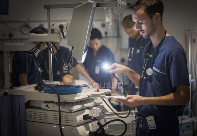 Группа врачей, ухаживает за пациентом в больничной палате — стоковое фото
