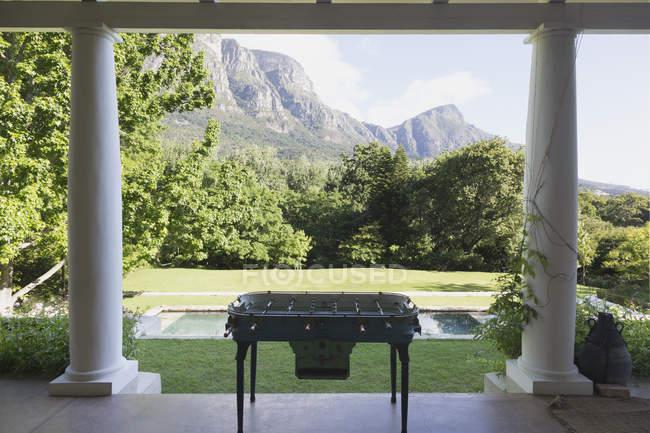 Futebol de mesa no terraço da casa moderna de luxo — Fotografia de Stock