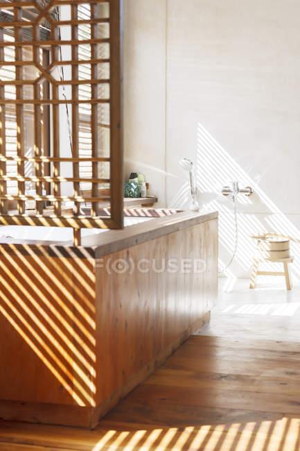 Жалюзи, литье тени в современной ванной комнате — стоковое фото