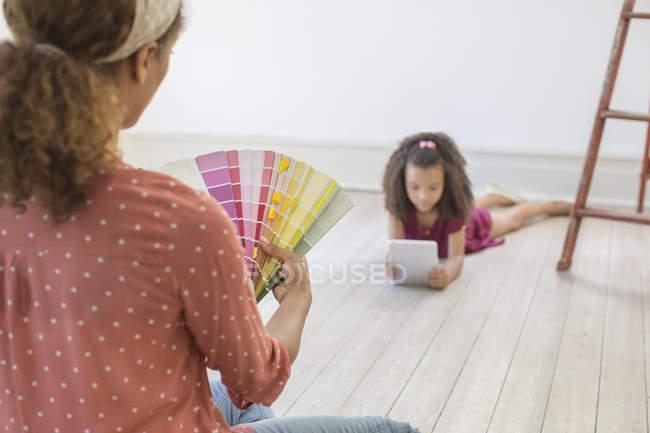Женщина смотрит сквозь цветные образцы — стоковое фото