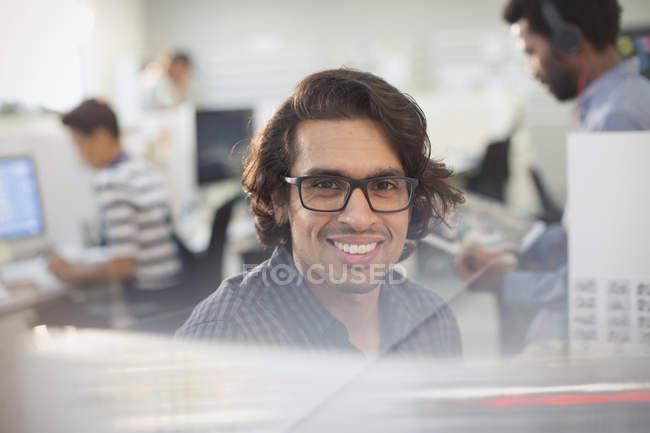 Портрет улыбаясь, уверен бизнесмен с очки — стоковое фото