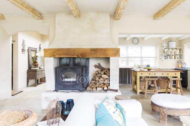 Гостиная и кухня деревенского дома — стоковое фото