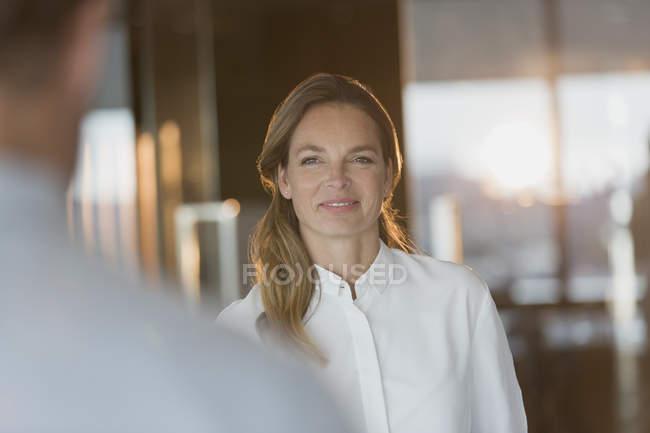 Femme d'affaires confiant écouter collègue au bureau — Photo de stock