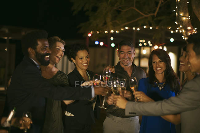 Amici brindare l'un l'altro alla festa — Foto stock