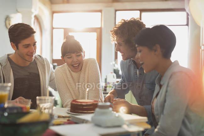 Молодая пара друзей, празднование дня рождения торт и свеча — стоковое фото