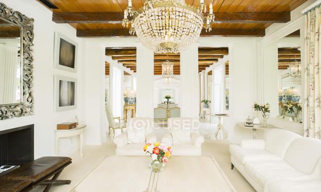 Люстра в роскошной гостиной в помещении — стоковое фото
