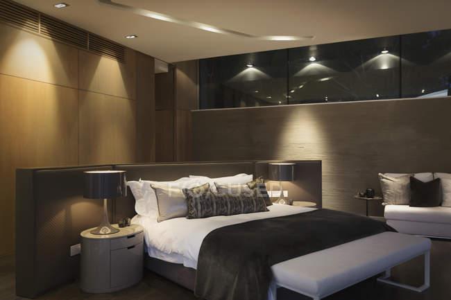 Home Schaufenster Schlafzimmer beleuchtet nachts — Stockfoto