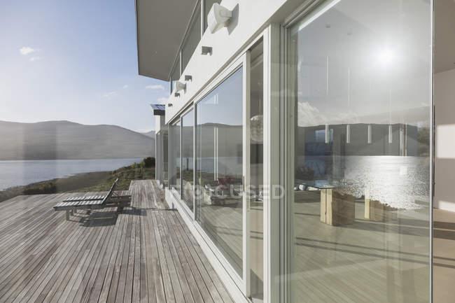 Sonnige, ruhiger moderne Luxus-Haus zu präsentieren, Außenfenster und Terrasse — Stockfoto