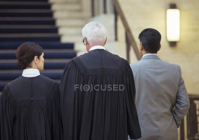 Судьи и адвоката вместе ходить через Кортхаус — стоковое фото