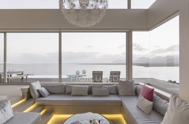 Moderna casa di lusso vetrina soggiorno interno con vista sull'oceano — Foto stock