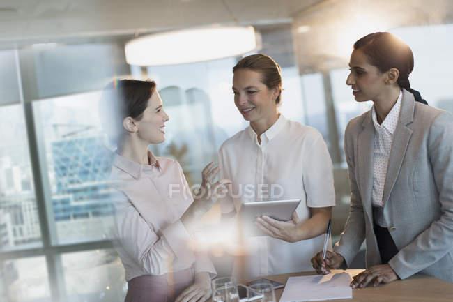 Деловая женщина с цифровой планшет, говорить в обслуживание совещания Конференции — стоковое фото
