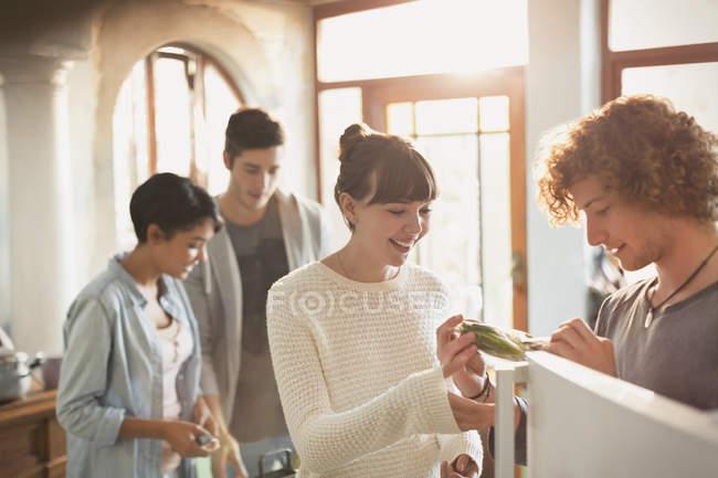 Coppie giovani compagni di stanza cucina nella cucina — Foto stock