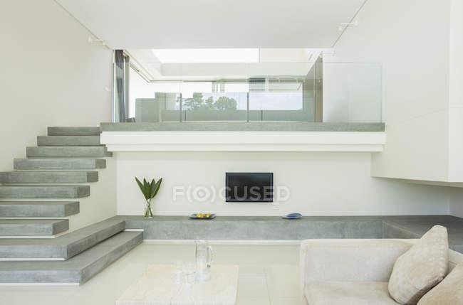 Salone moderno con balcone — Foto stock