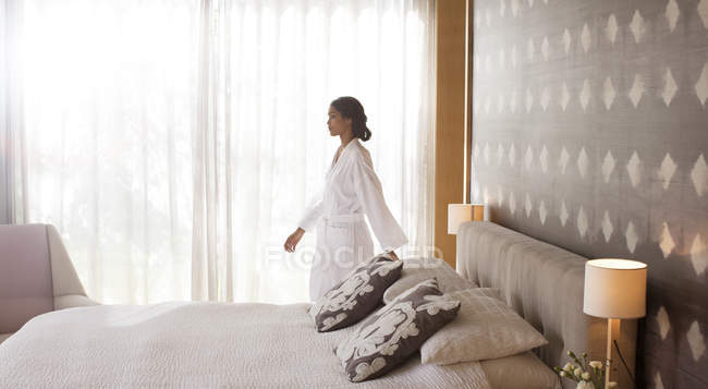 Женщина в Халат, ходить в спальне — стоковое фото