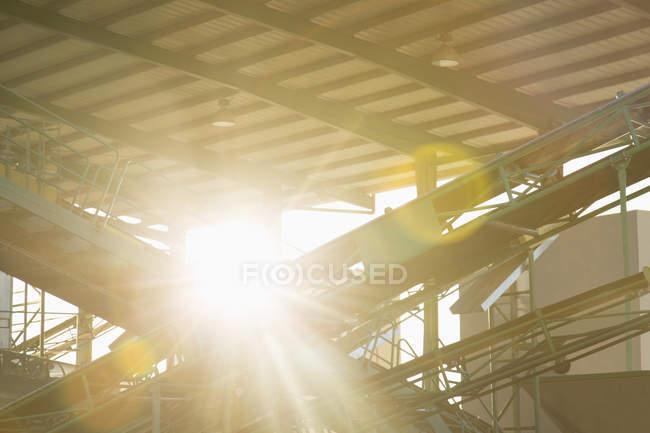 Солнце светит через зернохранилища — стоковое фото