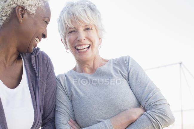 Старші жінки сміятися на відкритому повітрі — стокове фото
