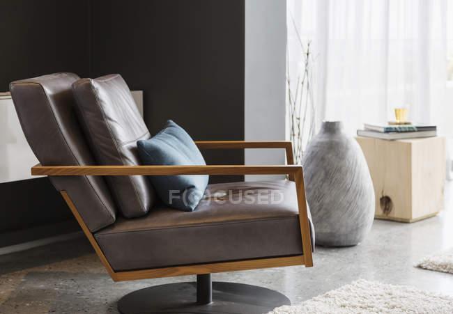 Роскошный интерьер дома, кресло в современной гостиной — стоковое фото