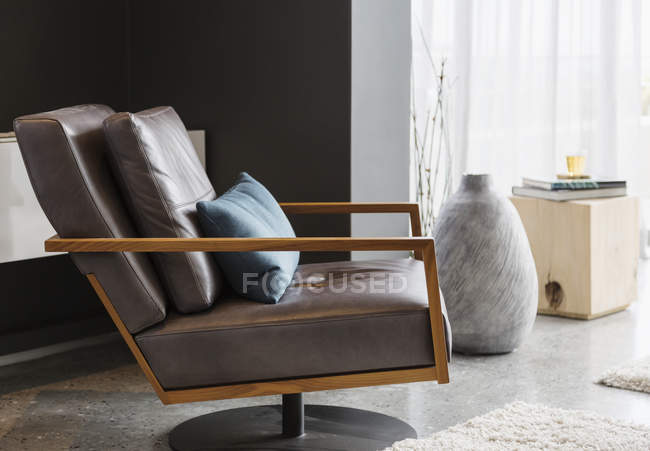 Interior de lujo de la casa, Sillón en la sala de estar moderna - foto de stock