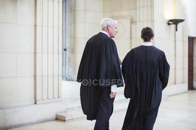 Судьи, прогуливаясь вместе Кортхаус — стоковое фото