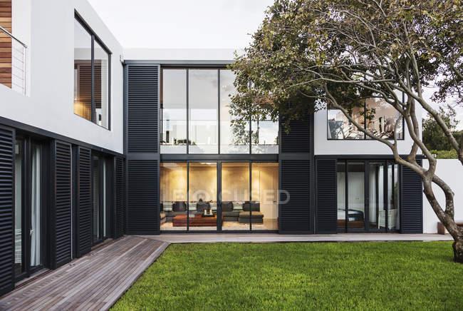 Современные, роскошные дома витрина экстерьер — стоковое фото