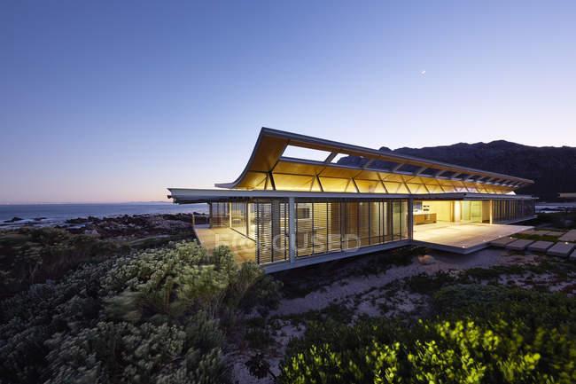 Casa Stile Moderno Esterni : Casa moderna a un piano stunning casa moderna con tetto in legno