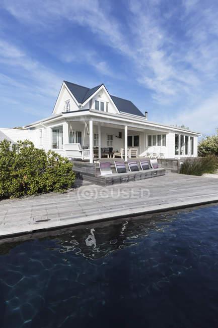 Exterior de vitrine em casa branca com piscina — Fotografia de Stock