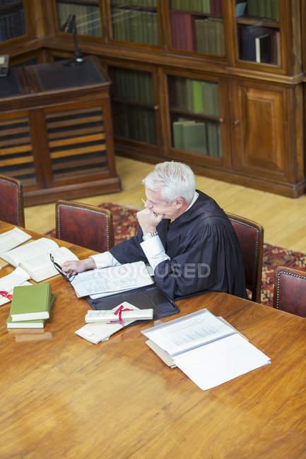 Судді роблять дослідження в будівлі суду — стокове фото