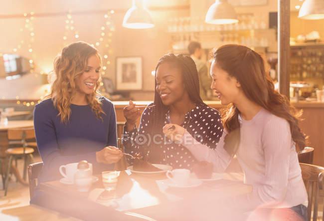 Frauen Freunde teilen Dessert am Café-Tisch — Stockfoto
