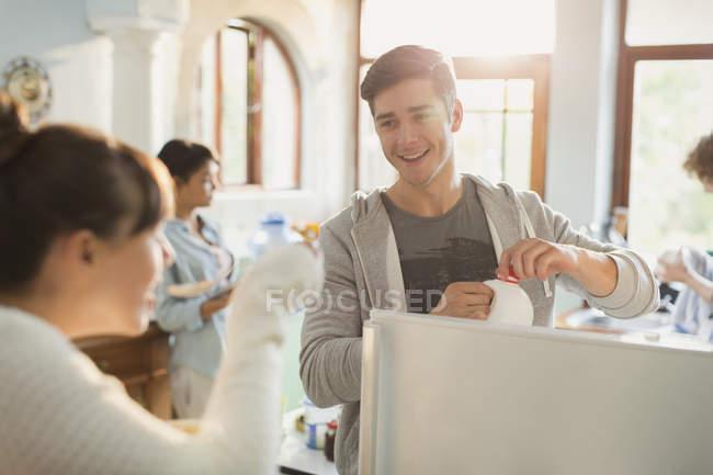 Jóvenes, disfrutar de un desayuno en la cocina - foto de stock