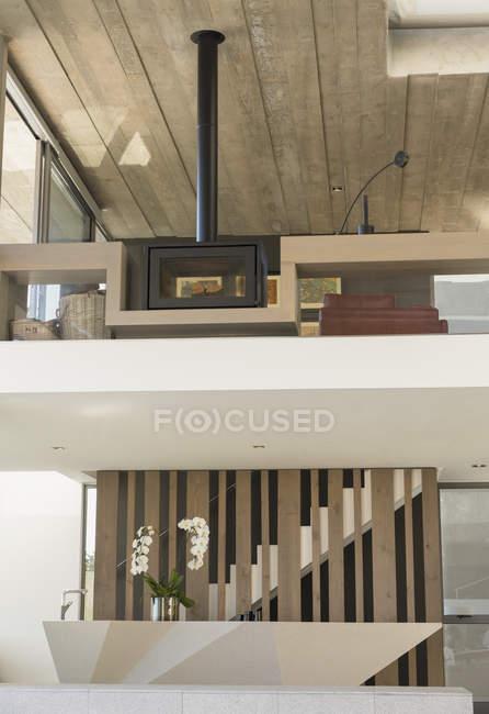 Stufa a legna camino sul balcone nell'interiore di home Vetrina di lusso moderno, — Foto stock