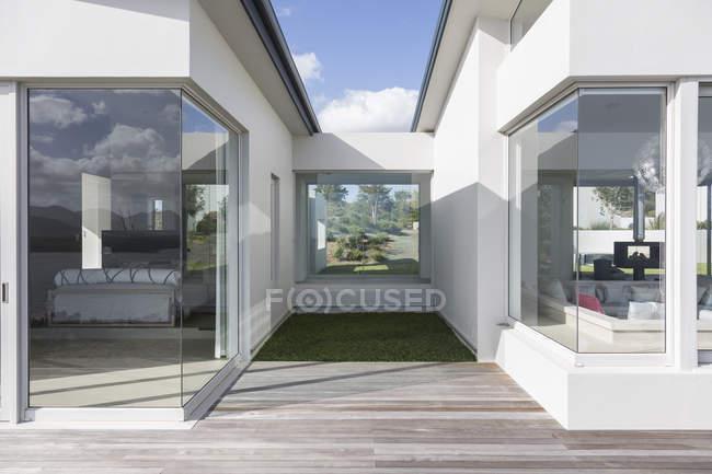 Sonnige moderne Luxus nach Hause Schaufenster außen — Stockfoto