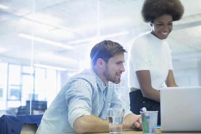 Uomini d'affari che utilizzano laptop in ufficio — Foto stock