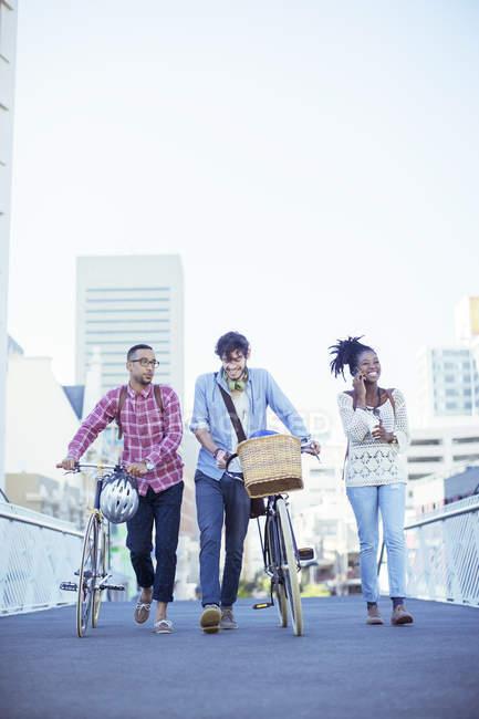 Друзі ходіння по міській вулиці — стокове фото