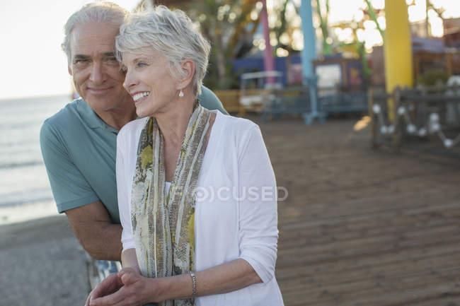 Старшая пара в парке развлечений — стоковое фото