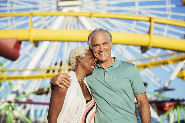 Porträt eines sich umarmenden Senioren-Paares im Freizeitpark — Stockfoto