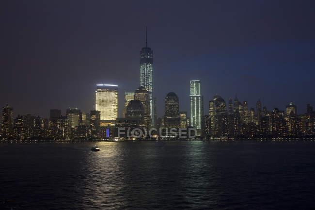 Skyline di New York City di notte, New York, Stati Uniti — Foto stock