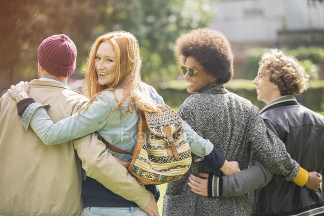 Rückansicht von Freunden, die zusammen im Freien spazieren gehen — Stockfoto