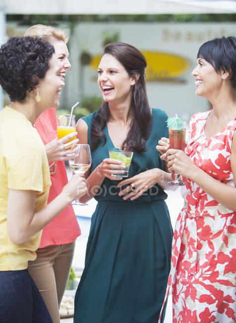 Женщины разговаривают на вечеринке — стоковое фото
