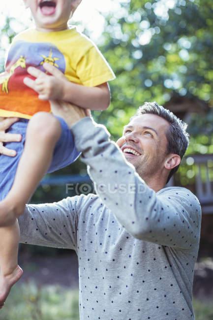 Vater mit Sohn im Freien spielen — Stockfoto