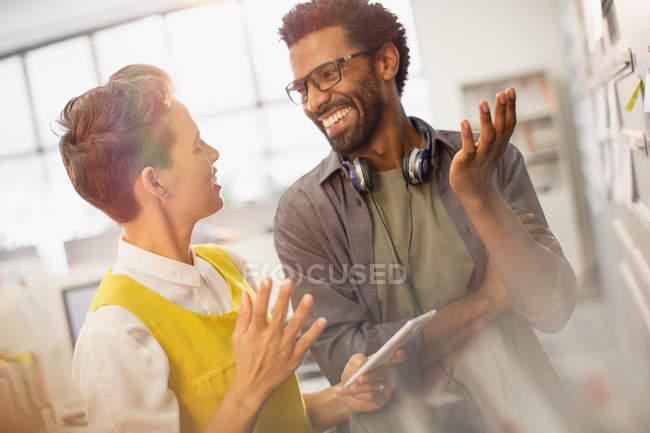 Creativi uomini d'affari sorridenti che parlano, pianificano in ufficio — Foto stock