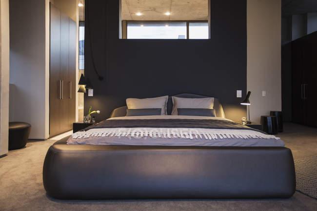 Розкішний інтер'єр сучасний будинок, спальня — стокове фото
