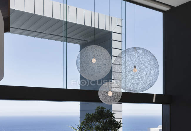Светильники в интерьере современного дома — стоковое фото