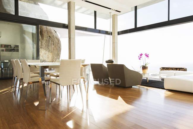 Столовая и гостиная в современном доме — стоковое фото