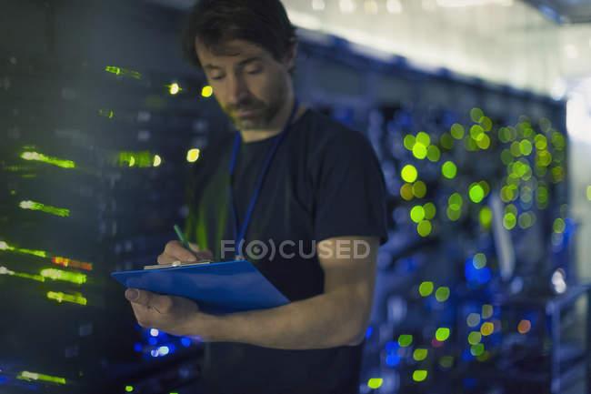 Техник номер сервера с буфером обмена — стоковое фото
