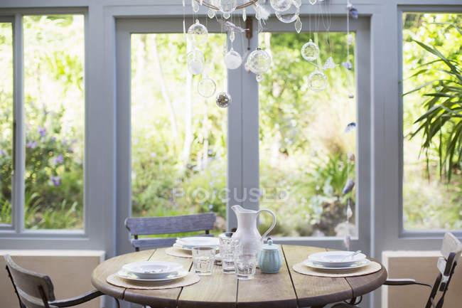 Деревянный стол в солярии — стоковое фото
