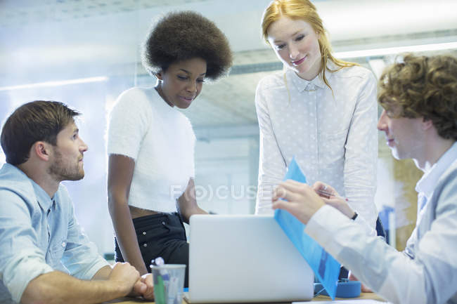 Jeunes gens d'affaires heureux parlant en réunion — Photo de stock