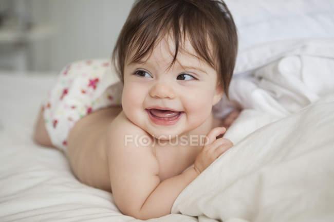 Девочка лежит в постельном белье — стоковое фото