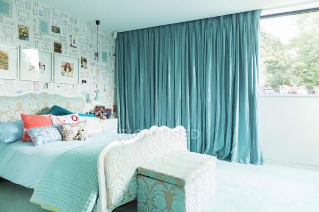 Dormitorio azul en el interior durante el día - foto de stock