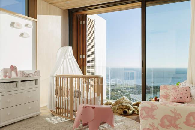 Chambre de la fille de luxe avec vue sur l'océan — Photo de stock