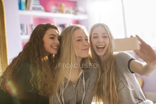 Ragazze adolescenti prendendo selfie con fotocamera del cellulare — Foto stock